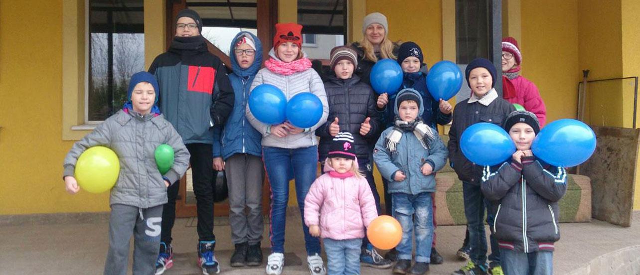kinderen poseren voor het kinderhuis