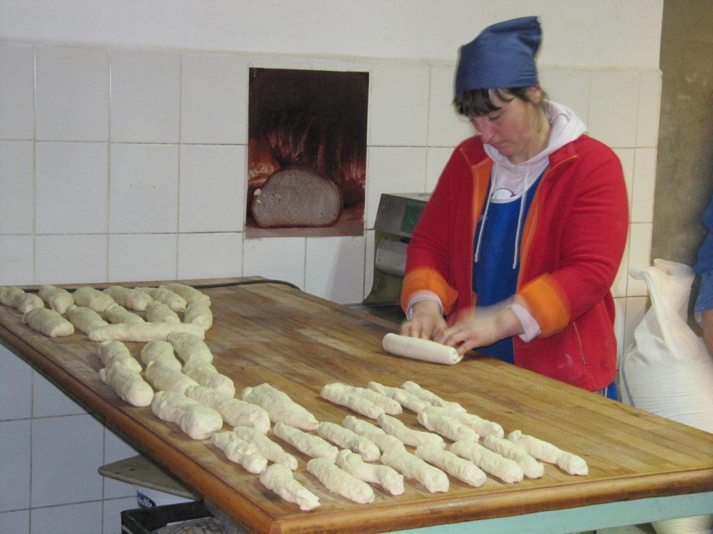 Vrouw aan het werk in de bakkerij.