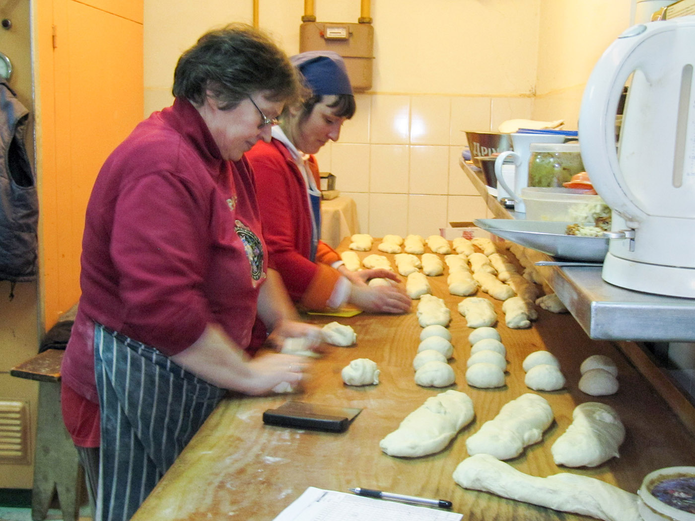 Vrouwen aan het werk in de bakkerij.