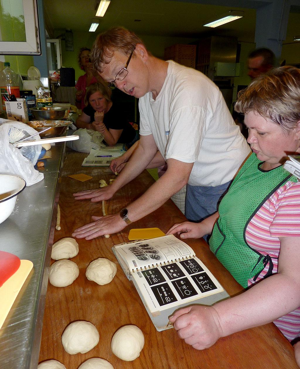 personeel krijgt instructies in de bakkerij