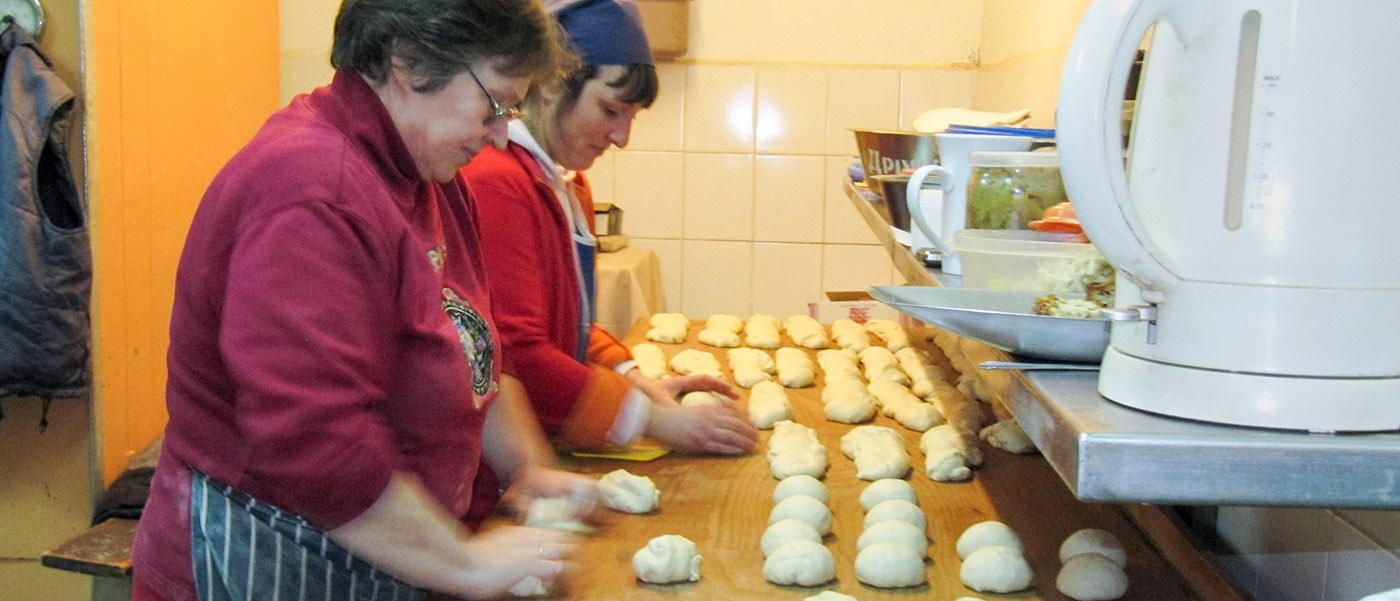 Vrouwen aan het werk in de bakkerij. Novovolynsk, Oekraïne.