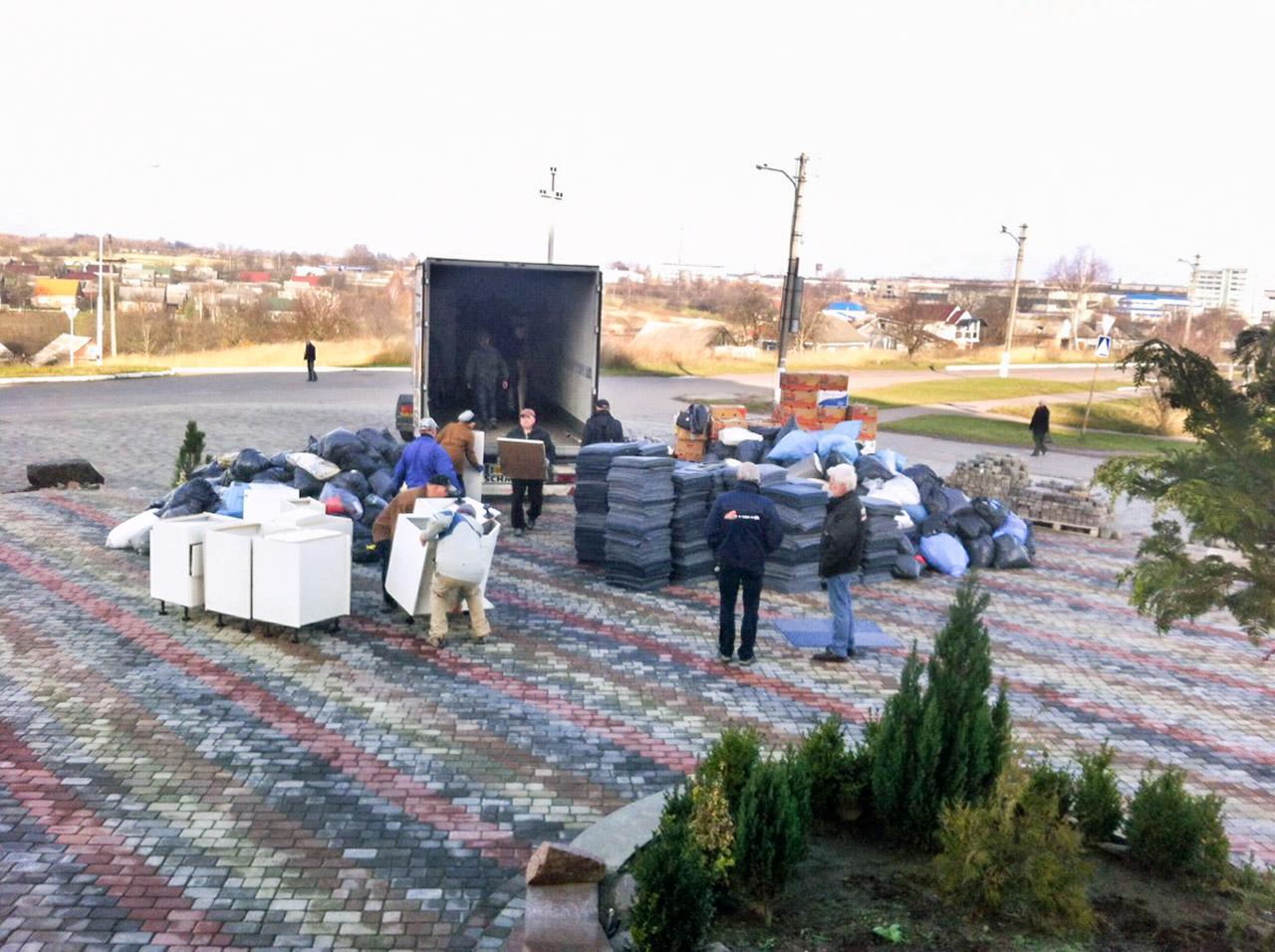Hulptransport wordt uitgeladen in Novovolynsk.