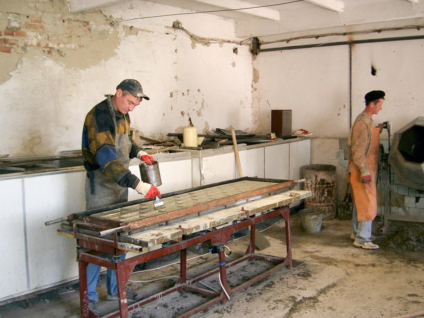 Mannen in de werkplaats van het opvangcentrum.