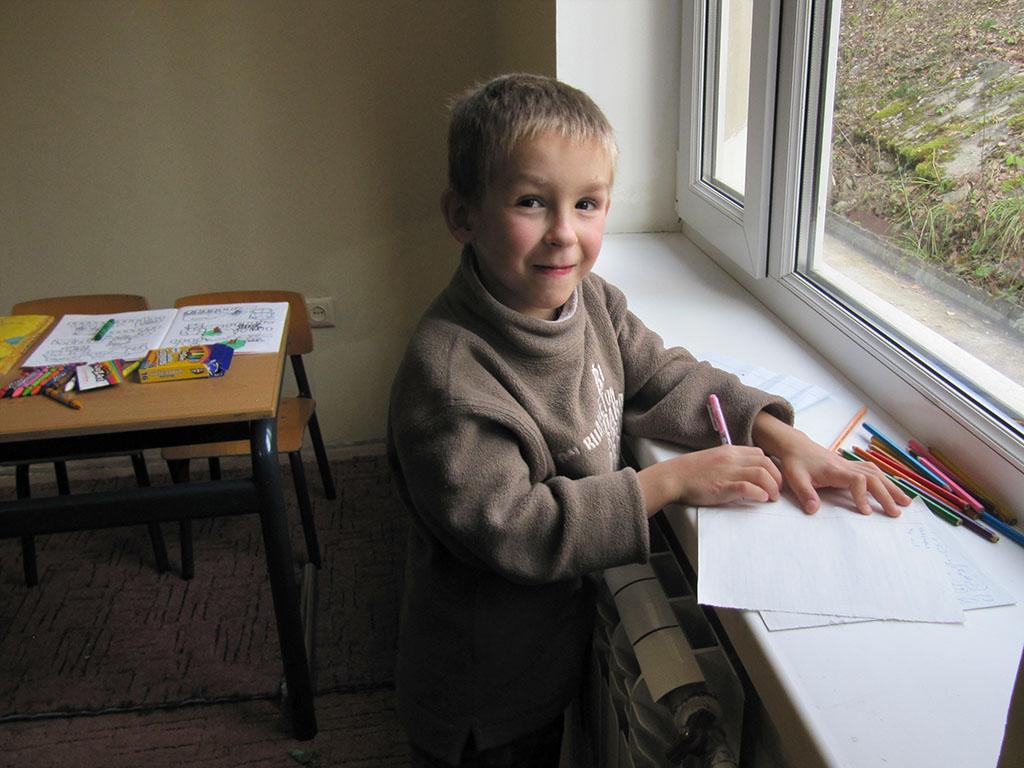 Jongen uit het kinderhuis in Novovolynsk, Oekraïne.