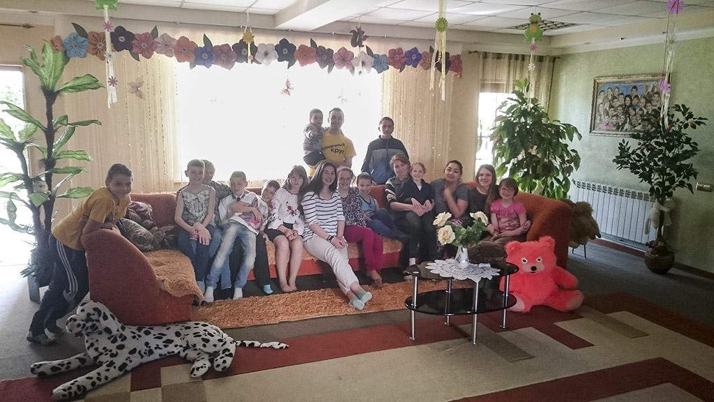 Groepsfoto in de woonkamer van het kinderhuis