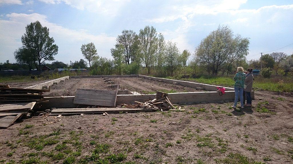 Oekraïne, Novovolynsk, mei 2016 Het fundament van de nieuwe bakkerij.