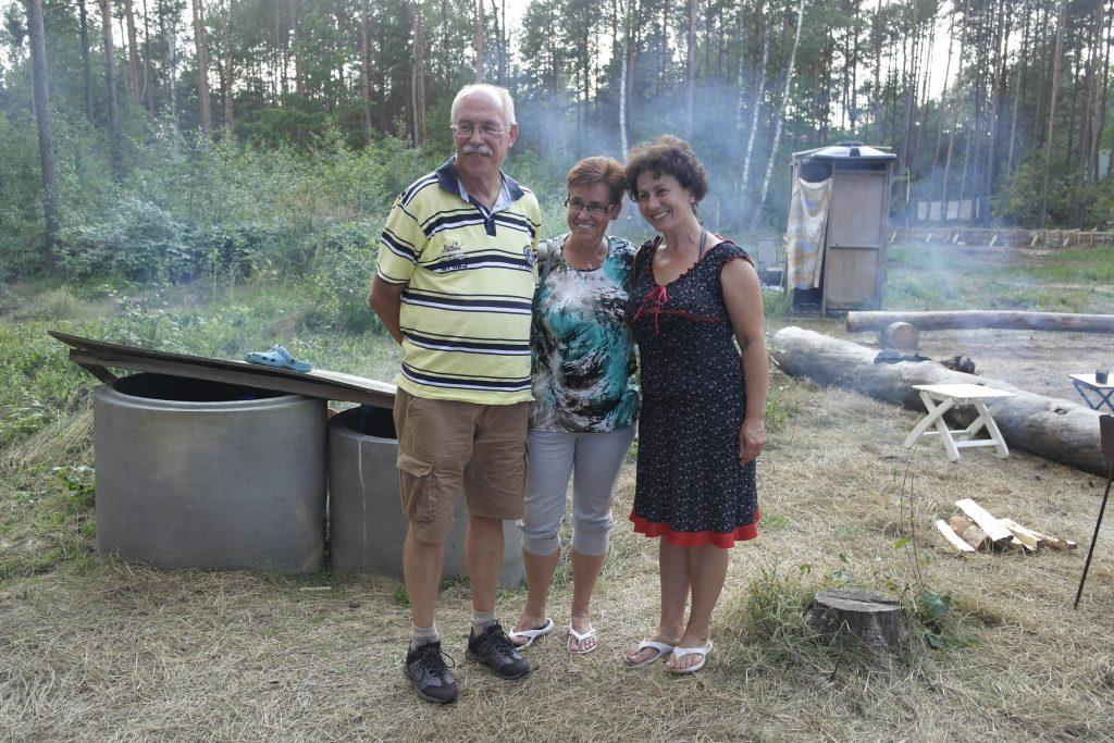 Oekraïne, Svityaz', augustus 2016 Terrein bij het meer van Svityaz' waar Kovcheg vakanties voor de kinderen uit het tehuis organiseert. Rechts: Liliya, de leidster van het kinderhuis.