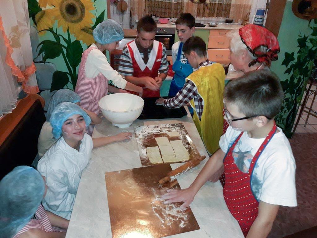 kinderen helpen in de keuken