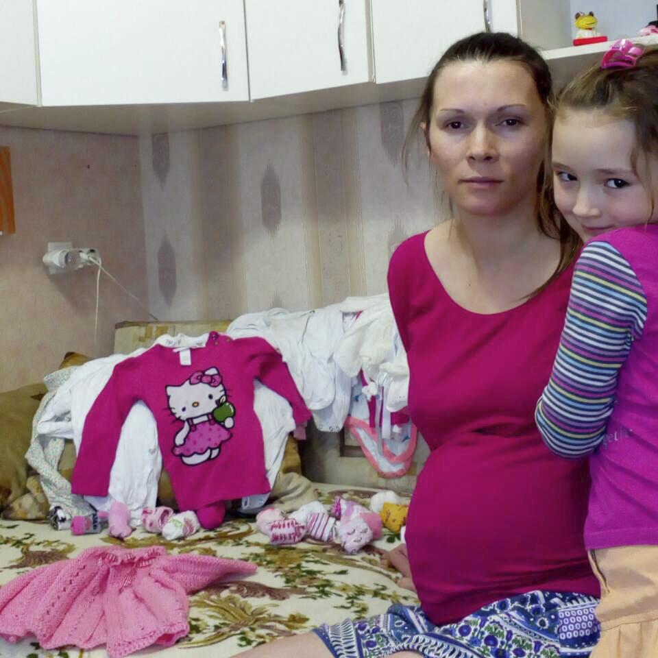 Moeder en dochter met geschonken kleding uit Nederland
