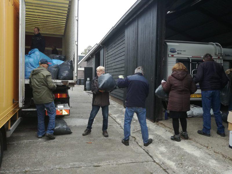 Vrachtwagen wordt geladen met hulpgoederen