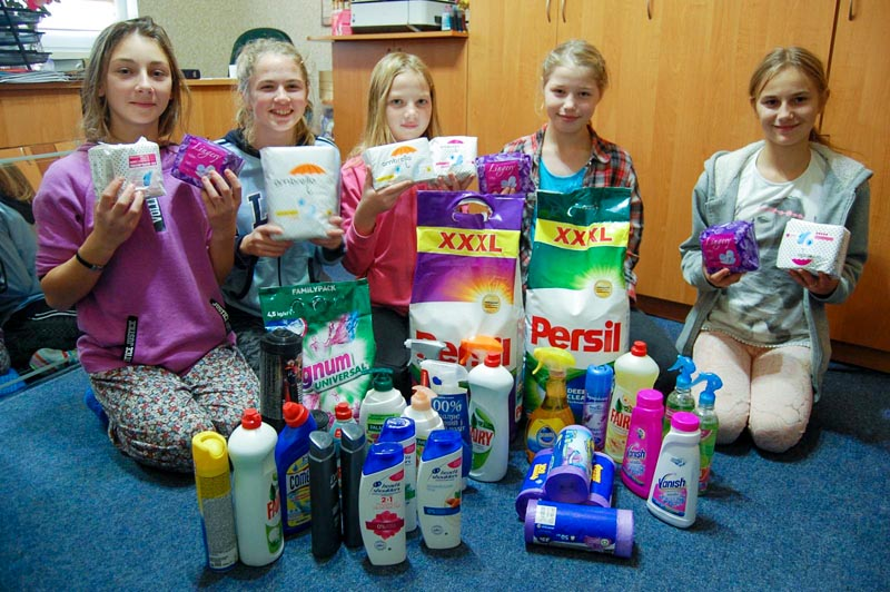 kinderen laten wasmiddel en schoonmaakmiddelen zien