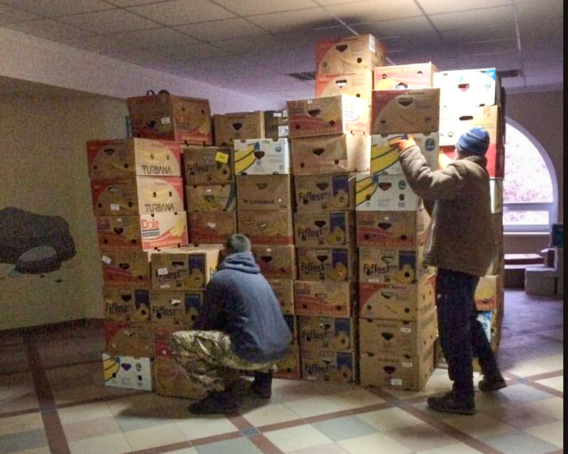 dozen met hulpgoederen opgestapeld