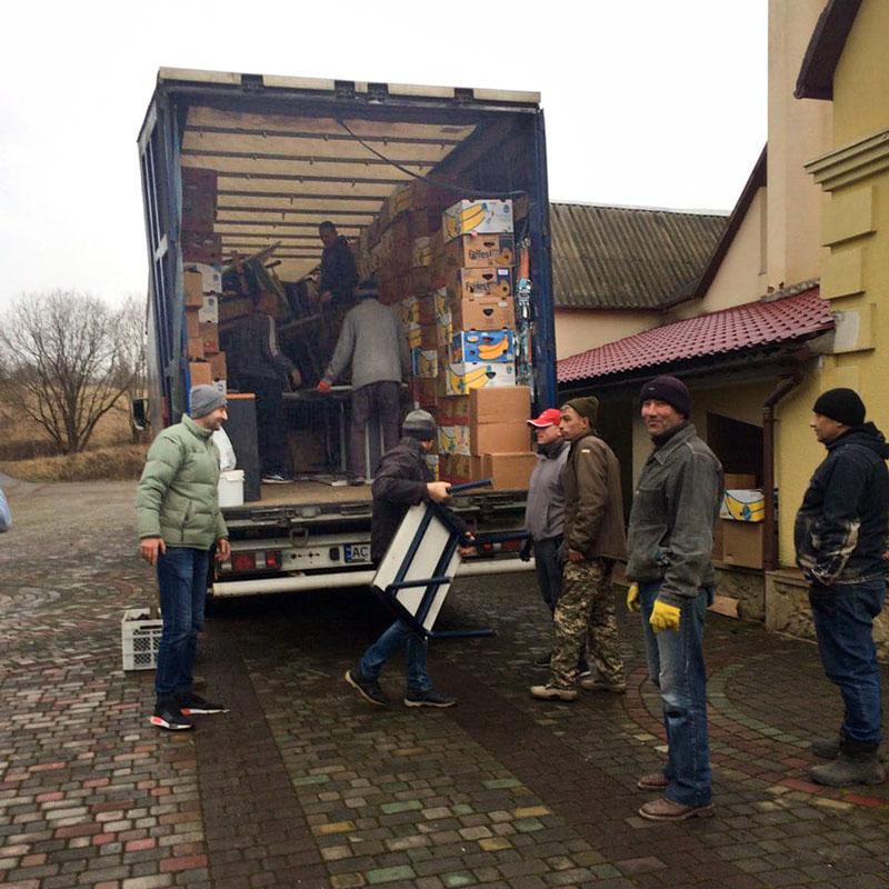 vrachtwagen met hulpgoederen wordt uitgeladen